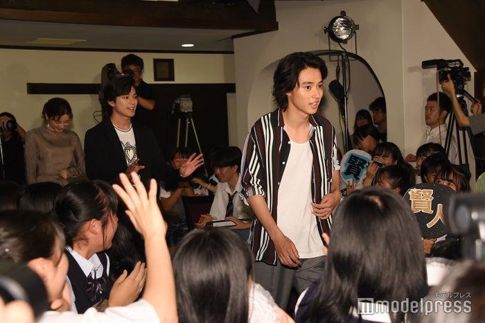 中高生から大歓声を浴びた(右から)山崎賢人、新田真剣佑、永野芽郁(C)モデルプレス