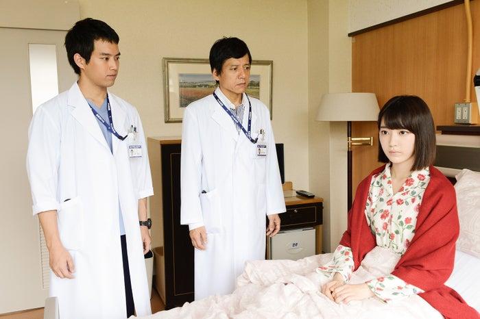(左から)三浦貴大、勝村政信、宮脇咲良(C)テレビ朝日