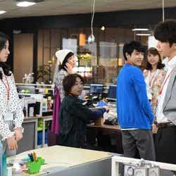 吉高由里子、ユースケ・サンタマリア/「わたし、定時で帰ります。」より(C)TBS
