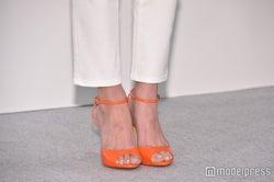 小嶋陽菜ファッション/ホワイトパンツに映えるオレンジパンプス (C)モデルプレス