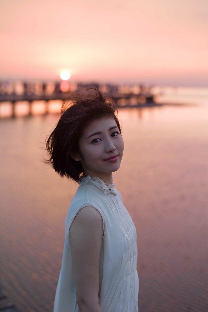マジックアワーに遭遇/『浜辺美波写真集voyage』より(写真提供:KADOKAWA)