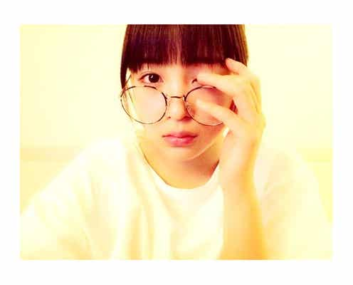 広瀬すずの丸メガネ&アンニュイな表情にドキッ