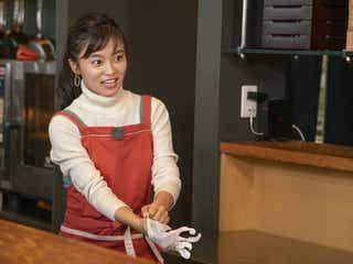 小島瑠璃子、女子力全開エプロン姿でテクニック披露 「後ろに男の香り」?