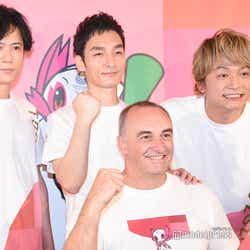(前列)ドゥエーン・ケール氏(後列左から)稲垣吾郎、草なぎ剛、香取慎吾 (C)モデルプレス