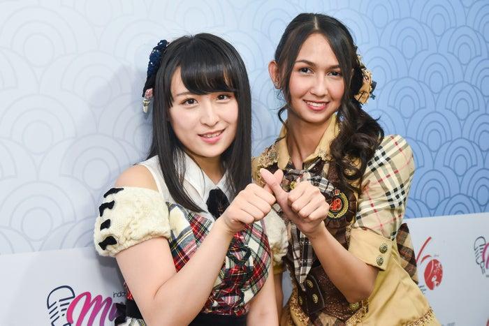 (左から)AKB48川本紗矢、JKT48ステファニー・プリシラ・インダルト・プトゥリ(C)AKS/(C)JKT48 Project