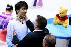 羽生選手&コーチの喜びの瞬間を見つめるプーさん(Photo by Getty Images)