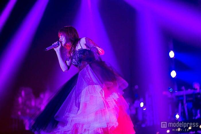 宇多田ヒカルのカバー曲が話題を呼んでいる浜崎あゆみ/「ayumi hamasaki COUNTDOWN LIVE 2014-2015 A Cirque de Minuit ~真夜中のサーカス~」より【モデルプレス】
