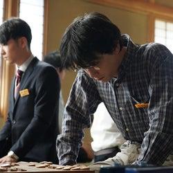 吉沢亮、真剣な眼差しで対局に臨む 映画「AWAKE」場面写真&本編小ネタ公開