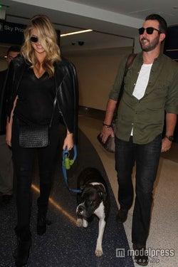 ロサンゼルス空港でジャスティン&愛犬ハーレイと。WENN.com/Zeta Image