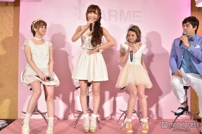 パーティーでのトークショーの模様(左から)黒瀧まりあ、菅野結以、瑛茉ジャスミン