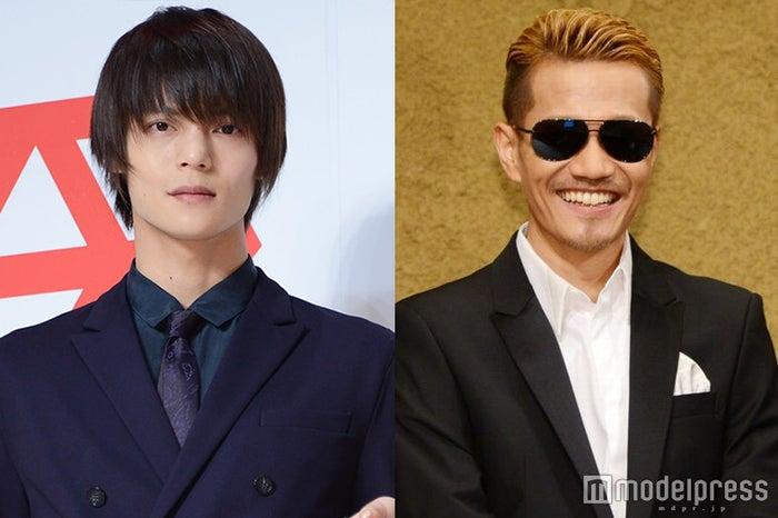"""窪田正孝(左)、""""大ファン""""EXILE ATSUSHI(右)からのサプライズに感激(C)モデルプレス"""