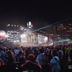 DJ SNAKE、夜の「ULTRA JAPAN」で迫力プレイ 会場が揺れ動く盛り上がり