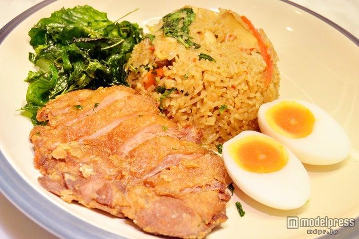 チキンとご飯がセットの「Basil Fried Rice」
