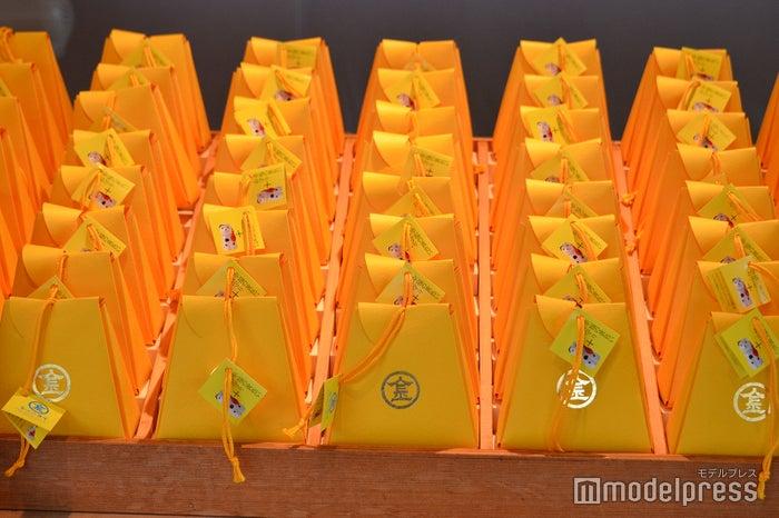 「幸福の黄色いお守り」800円(+ミニこんぴら狗は1,500円)(C)モデルプレス