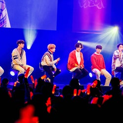 "iKON、JAY&JU-NEが日本語力活かし驚きの登場 異例の""メンバーだけ""でファンミーティング<iKON FAN MEETING 2019>"