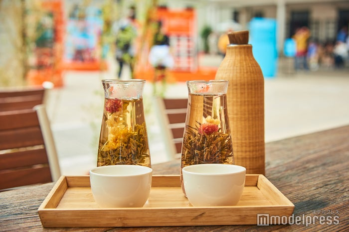お湯の中でゆっくり茶葉が開く様を楽しむ開花茶。右の蝶戀花(58$)は、落ち着きのあるやさしい味。<br> 左の仙花散花(58$)は、ほんのりした苦みが特徴。ポットのお湯を継ぎ足して、何杯でもいただけます(C)モデルプレス