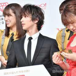 トロフィーがオスカー賞のトロフィーの重さと同じと聞いて驚く佐々木久美、横浜流星、りんごちゃん (C)モデルプレス