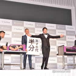 イリュージョンが成功しポーズをキメる田中圭(C)モデルプレス