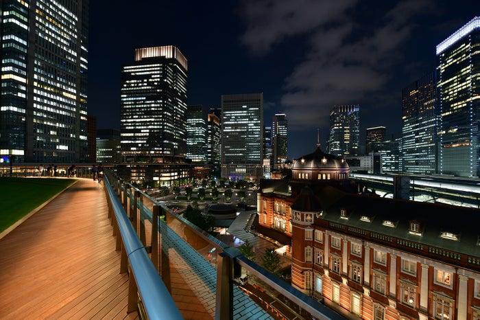 ライトアップされた夜の東京駅周辺(提供写真)