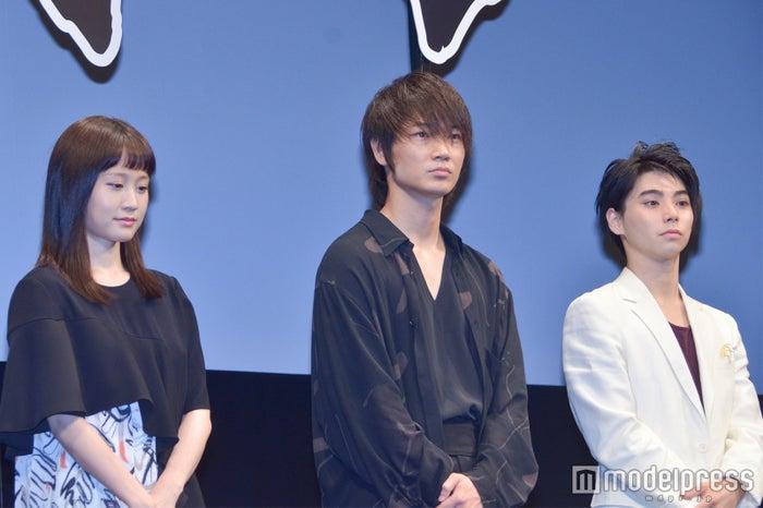 MUKOKU63のセンター綾野剛(中央)、前田敦子(右)、村上虹郎(C)モデルプレス
