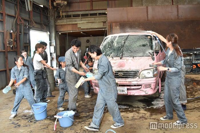 ラブワゴンを皆で洗車(C)モデルプレス