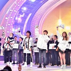 AAA「リリマリ」で出演者・観客とタオル回し<紅白本番>