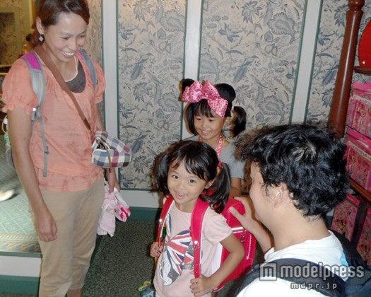 オリジナルランドセルの購入を決めた千葉県在住の家族(C)Disney