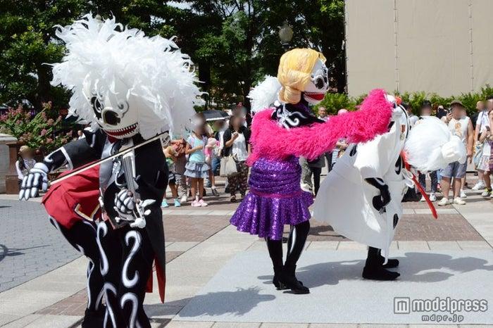 東京ディズニーシー「スケルトンのストリートパーティー」の模様をお届け
