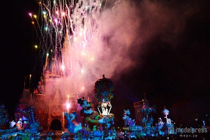「ハピネス・イズ・ヒア スペシャルサンクスバージョン」シンデレラ城からは、盛大に花火が打ち上げられた