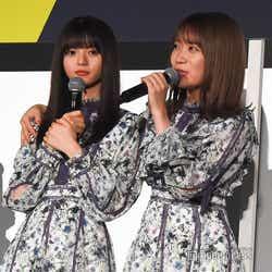 劇中の生田絵梨花とのシーンを再現する秋元真夏(右)、されるがままの齋藤飛鳥(左) (C)モデルプレス