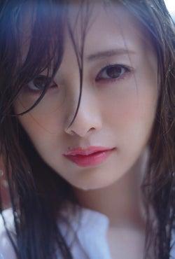 白石麻衣、濡れ髪で色っぽ視線にドキッ…写真集が19万部突破で驚異的ロングセラー