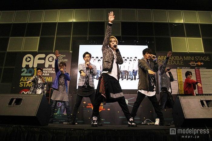 「Anime Festival Asia Singapore in 2015 (AFASG15)」にてジュノン・スーパーボーイ・アナザーズライブの様子【モデルプレス】