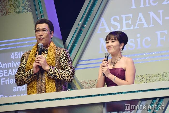 司会を務めたピコ太郎&西田ひかる(C)モデルプレス