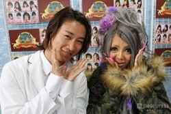 (左から)整形手術を担当した前田拓摩氏、はるたむ