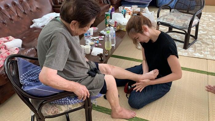 支援活動を行う紗栄子(提供写真)