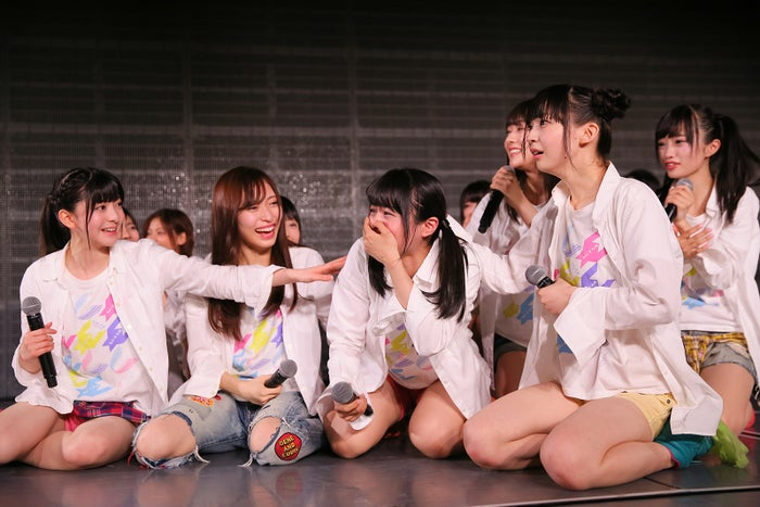 中央が本間日陽/NGT48劇場の様子(C)AKS