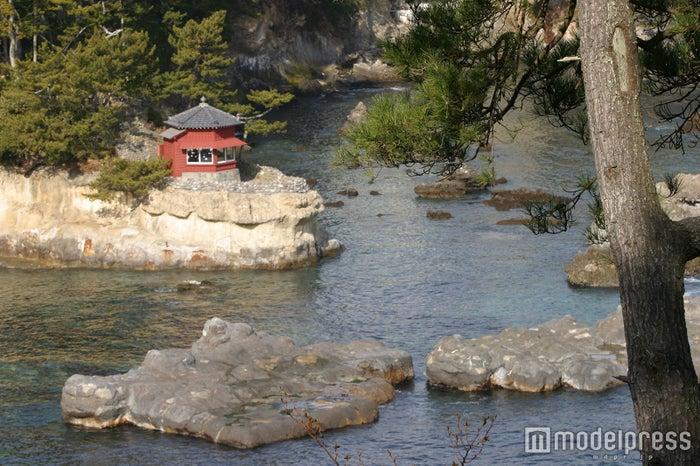 五浦海岸の岩場に建てられた「五浦六角堂」/画像提供:(一社)茨城県観光物産協会