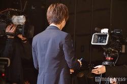 カメラにサインをする岩田剛典(C)モデルプレス