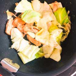 手順2:蒸し鶏、キャベツを調味料と絡める/画像提供:柏原歩