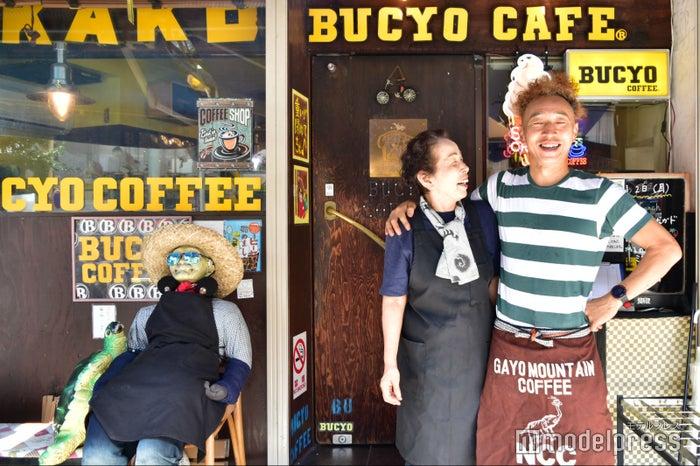 「KAKO BUCYO COFFEE」のやすこさん(左)とオーナーの筧太一さん(右) (C)モデルプレス