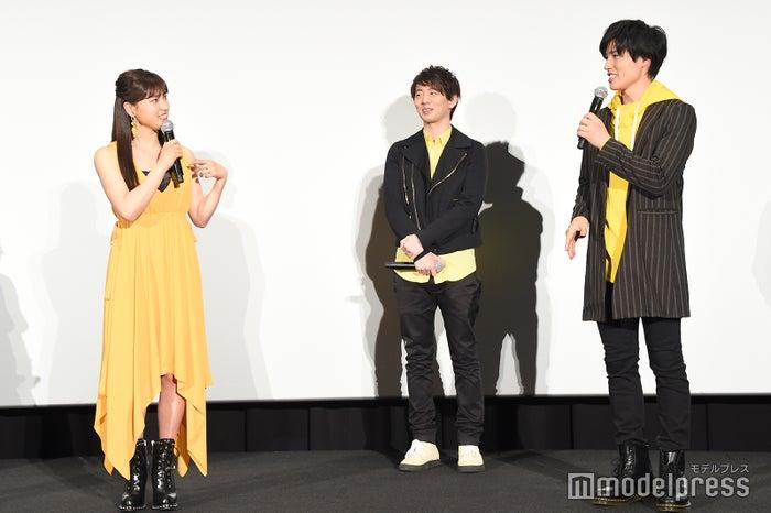 土屋太鳳(左)、土屋神葉(右)、姉弟の会話を一歩引いて見守る木村良平(中央)/(C)モデルプレス