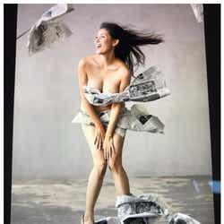 """モデルプレス - 橋本マナミ、新聞紙で隠した""""セクシーすぎるホームレス""""姿 大胆露出に「見えちゃいそう」の声"""