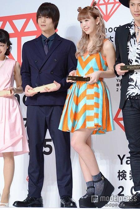 「Yahoo!検索大賞2015」発表会に出席した(左から)窪田正孝、藤田ニコル