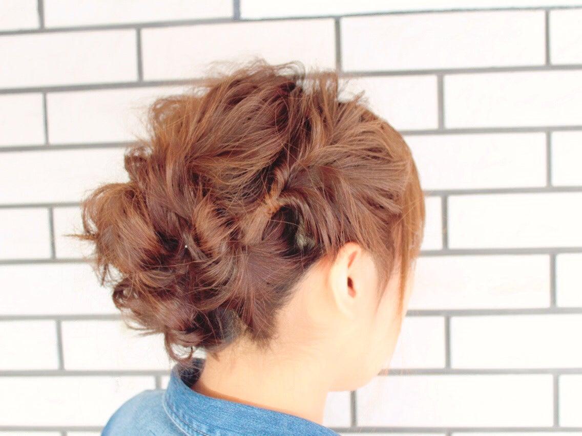 サイドのくるりんぱがかわいいヘアアレンジ!カジュアルなまとめ髪アップ