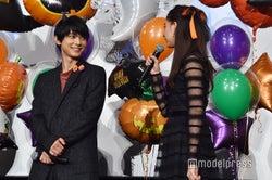 博多弁を思い出そうとする新木優子を笑顔で見守る吉沢亮 (C)モデルプレス
