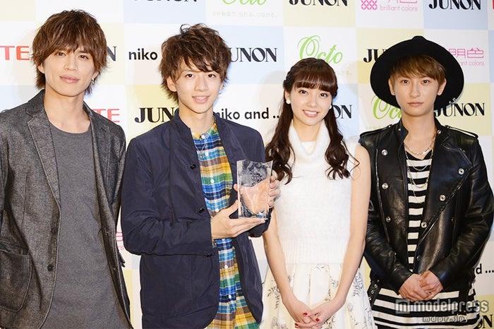 (左から)山本裕典、飯島寛騎さん、新川優愛、與真司郎(AAA)