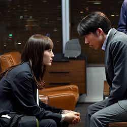 綾瀬はるか、高橋一生「天国と地獄 ~サイコな2人~」第8話より(C)TBS