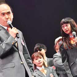 初代センターを務める斎藤司、小川暖奈 (C)モデルプレス