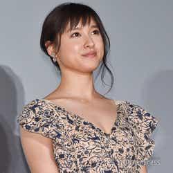 """モデルプレス - 土屋太鳳、胸元大胆SEXYミニドレスで登場 """"初めて""""やりたいことは?"""