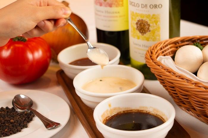 オリジナルの赤ワインソースなど3種類以上のソースを用意/画像提供:トラジ